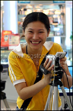 20080314-woman shoping for elctronics.jpg
