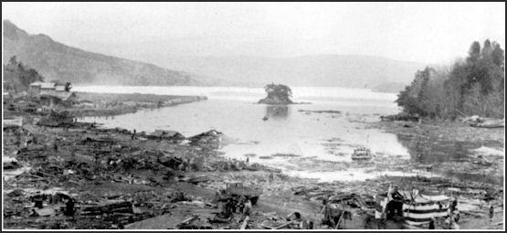 20110413-Kamaishi_Bay_after_1933_tsunami.jpg