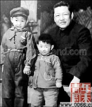 20111029-China.org  xijinping with father.jpg