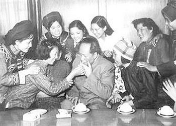 20111106-Wiki C Mao_Zedong_with_women_in_1950.jpg