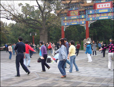 20111122-Wiki CPeople_in_Chinese_park_1.jpg