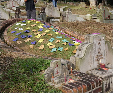 20111123-Wiki C -Five_coloured_papers_on_a_grave Qingming Singapore.jpg