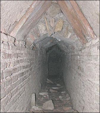 20120224-Roman_plumbing_tunnel_ostia_antica.jpg
