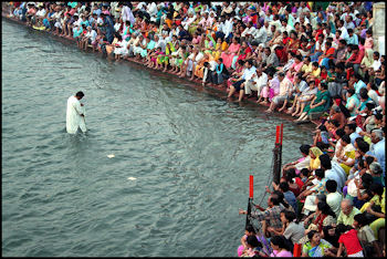 20120501-GangesHindu_public_prayer_in_Haridwar.jpg