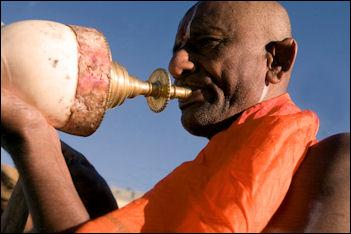 20120502-Hindu_priest_blowing_conch_during_punja.jpg