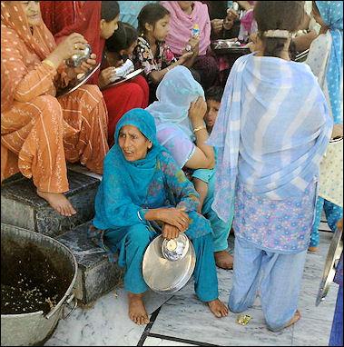 20120502-Sikh_women_at_Gurudwara_Panja_Sahib.jpg