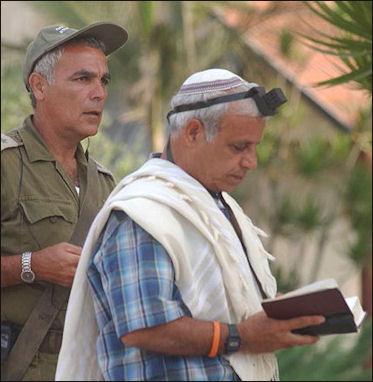 20120504-Tefillin Israel_Defense_Force.jpg
