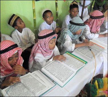 Koleksi gambar orang sedang baca al quran carigold forum