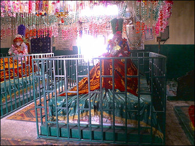 20120510-Holy_graves_of_Khwaja_Wali.jpg