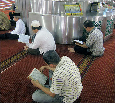 20120510-Istiqlal Mosque Reciting Al Quran 22.JPG