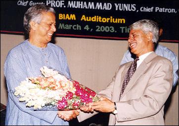 20120514-GMustafa_presenting_bouquette_to_Prof._Yunus.jpg