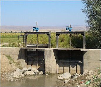 20120514-irrigationMilyanfan-flow-gate kyrgyz.jpg