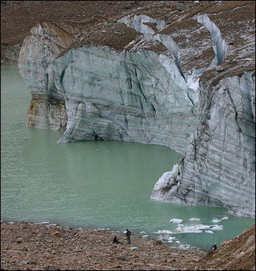 20120530-Cavell_Glacier_with_Crevices_and_Annual_Rings.jpg